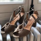 {14 juillet} 🌧 il pleut, il fait froid... À défaut de mettre le chauffage (faut pas exagérer non plus) on vous rappelle que notre modèle Stéphanie peut se porter avec des chaussettes -fantaisies- , ce n'est pas @mabiche.paris qui dira le contraire 😁  Chaussettes + sandales, vous en pensez quoi, go ou no go?  _________ #14juillet #fetenationale #faitpaschaud #sandalesbeige #sandaleschaussettes #cuirveritable #cuirvelours
