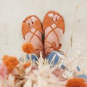 {🔆} Présentation de Marie, une spartiate pas tout à fait plate: -talon 3cm -cuir velours  -existe en 2 coloris: camel et corail -liens très confortables qui s'enroulent autour de la cheville  Et toujours: 📌Cuir upcyclé 📌Edition limitée et numérotée 📌Fabriquées à la main, au Portugal  __________ #spartiates #sandales #slowlife  #sainttropez #summershoes #camelshoes