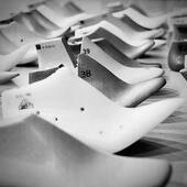 🧐 C'est quoi ça? Des formes! Et ça sert à quoi? Les formes définissent le style, le caractère de la chaussure (bout rond, carré, amande…), sa hauteur (plate ou à talon), la pointure et bien sûr le confort. Elles sont indispensables pour fabriquer les chaussures.  📖 Pour la petite histoire, jusqu'à la fin du XIXe siècle, elles étaient en bois. Depuis les années 70, elles sont en plastique et sont peu recyclées car ce processus est très couteux.   🙅🏼♀️Une fois utilisées et la tendance passée, que deviennent-elles? Abandonnées, détruites, tout simplement.  ♻️Pour lutter contre le gaspillage, nous sélectionnons des formes déjà existantes que nous chinons dans des archives. Les tendances passent, notre chance c'est qu'elles reviennent aussi!  #shoelast #shoemaker #shoemaking #shoedesigner #footweradesigner #leatherwork #shoesschool #formeshoes #shoedesign #footweardesign #handcrafted #faitmain #upcyclingfashion #ecofriendlyshoes #faitalamain #editionlimitee #ecofriendlyfashion #chaussures #chaussuresfemme #cuir #recyclage #zerodechet #upcycledleather #instachaussures #pieceunique #modedurable #consommermieux #slowfashion #whomademyshoes #etreamischaussures