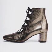 {Justine aime la fête} ✨  Sélection de coloris qui sont d'actualité:  🥂BRONZE : pour des fêtes lumineuses ✨PAILLETTES: parce que personne ne va regretter 2020 🖤VERNIS CHIC: un beau classique   Votre choix?  ____________ #noelresponsable #reveillondenoel #tenuenoël #chaussuresnoel #reveillon2020 #fête #christmasoutfit #chaussuresfemme #chaussures #idéecadeau #cuir #marquefrançaise #moderesponsable #modeecoresponsable #consommationresponsable #cadeauresponsable #modecirculaire #cuirvernis #bottines #instachaussures #passionchaussures #chaussuresaddict #boutiquechaussures #modeethiquechic #bootslover #bootseason #ghillishoes #upcyclingfashion #shoppingenligne #ecofriendlyshoes