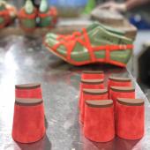 """🔨Work in progress…des nouveautés bientôt disponibles!   💐Parce que de nombreux coloris sont déjà """"out of stock"""" nous avons relancé certains modèles dans de nouvelles matières.  Restez informé en vous inscrivant à notre newsletter sur www.etreamis.fr , c'est pour bientôt 😎  ________ #comingsoon #workinprogress #nouvellecollection2021 #sandales #été"""