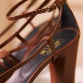 """🐜 «The details are not the details. They make the design."""" Charles Eames  ✏️ Lors de la création de nos modèles et de leur mise au point, j'apporte une attention particulière aux détails. En effet ils sont pour moi synonyme du «je ne sais quoien plus» qui fait toute la différence, au niveau du style bien sûr mais aussi au niveau du confort et de la qualité.  Il y a les détails qui se voient et ceux qui sont «cachés».  🔎 Ce que vous voyez: -Des brides fines aux bords impeccables -Une qualité de cuir incroyable -Des piqûres régulières et minutieuses -Une semelle en cuir véritable  🔎 Ce que vous ne voyez pas: -Une première de montage de qualité prémium avec mousse de confort intégrée -Une couche de latex là aussi pour un confort optimal -Des contreforts de qualité assurant un bon maintien et la longévité de vos chaussures  👉🏼 Pas de triche chez @etre_amis_collections sur ce qui ne soit pas, on respecte le savoir-faire «soulier» tout le long du processus de fabrication pour des chaussures belles et qualitatives.  ____________  #sandales #nouvellecollection2021 #été2021 #collectionété2021 #upcyclingfashion #ecofriendlyshoes #vintageinspiration #ecofriendlyfashion #moderesponsable #chaussures #chaussuresfemme #chaussuresaddict #chaussuresmariage #cuir #instachaussures #modedurable #sandalesatalons #consommermieux #whomademyshoes #faitmain #savoirfaire #moderesponsable #handmadeshoes #faitalamain #chaussures #chaussuresfemme #chaussuresmariage #fabricationchaussure #slowfashion #shoemaking"""