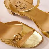 {OR} ✨ On a voulu une nouvelle collection éclatante! Alors nous avons chiné des cuirs lumineux et dorés.  Pour chaque modèle nous avons décliné au moins une version gold, or ou brillante.  ♻️ANTI GASPI: cuirs luxueux et upcyclés, issus de stocks dormants ♥️QUALITE: fabriqué à la main dans notre atelier familial au Portugal  A retrouver sur www.etreamis.fr  ___________________ #sandalesdorées #sandalesor #goldsandals #goldsandal #goldenhour #or #gold #goldenshoes #goldensandals #sandalesété #cuirrecycle #cuirrecyclé #ecofriendlyfashion #moderesponsable #upcycledleather #nouvellecollection #mode #été2021 #ete2021 #chaussures #chaussuresfemme #chaussuresmariage #moderesponsable #chaussuresaddict #chaussuresfemmes #sandales #sandalesatalons #sandalescuir #sandales