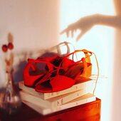 Lundi au soleil , bonjour ☀️😘! . . . ______________ #lundiausoleil #lundi #lundimatin #morninglight #parisianstyle #morninglights #sustainableshoes #nouvellemarque #chaussures #goldenhourphotography #chaussuresfemme #chaussuresaddict #sandales #summershoes #sandals #redshoes #redsandals #ombres #etreamischaussures #ombresetlumieres #modeparis #lestyleàlafrançaise #moderesponsable #modecirculaire #ethique #consommerautrement