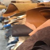 {Tout commence ici} 🎬 Le choix de toutes nos matières est LE critère le plus important pour nos chaussures et nos sacs.  🔸Les cuirs: Nous sélectionnons chaque peau une à une. On déroule, on touche les grains, on teste la souplesse, on regarde les coloris, on enroule…et on recommence. Tout est minutieusement observé, c'est pour cela que vous ne trouverait aucun défaut sur nos cuirs.  🔸Les composants cachés: IL faut plus de 200 opérations manuelles pour fabriquer nos chaussures, de la création jusqu'à a mise en boite. Nous sommes très exigeants à chacune des étapes. Tous les composants utilisés pour la plupart inconnus du grand public (bonbout, première de montage, mousses, renforts…), ont une incidence sur votre confort et sur la durabilité dans le temps. Et si certaines marques ne se privent pas de tricher (car ça ne se voit pas et ne se sent pas au premier essayage), notre philosophie est de vous offrir le meilleur pour des souliers de qualité.   🔸Anti-gaspi: Pour une mode anti-gaspillage, nos matières sont déjà existantes et issues de stocks dormants: les cuirs proviennent des plus belles tanneries européennes, nos talons et nos formes de bibliothèques vintages.   ☀️ Pour tester et voir nos articles, je vous accueille au 99 rue du Bac, de 10h à 19h, jusqu'au 9 juin avec @smukkeconceptstore   😘  ______________ #cuir #passion #faitmain #recycledleather #savoirfaire #modecirculaire #plusdestylepourplusdesens #recyclage #madeinporto #atelierportugal