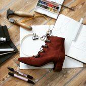 {Coup de ♥️🍂} Justine Acajou   📌#création : idéal pour votre vestiaire d'automne 📌#passion : un cuir velours au coloris profond 📌#savoirfaire : des finitions impeccables dans les moindres détails  ☎️ Pour toute question, Pascal et moi sommes à votre écoute, mail: bonjour@etreamis.fr et en MP bien sûr @etre_amis_collections   __________________________________ #nouvellecollection #bottines #cuir #acajou #faitalamain #consommermieux #creation #consommationresponsable #onparledemode #frenchdesign #chaussuressaddict #automne #atelier #modecirculaire #modeethiquechic #consomerautrement #vintageinspiration #faitavecamour #souliers #chausures #chaussuresfemme #bootslover #lestlealafrancaise #bootseason #etreamischaussures #etreamiscollections